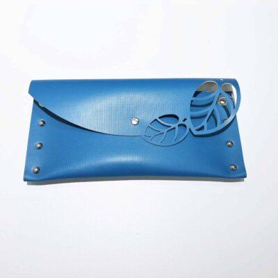 Sininen kirjekuorilaukku arkeen ja juhlaan.