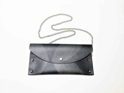 Tumma kirjekuorilaukku sopii arkeen ja juhlaan.